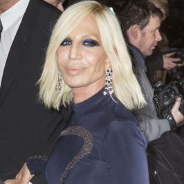 """Donatella Versace nie do poznania na imprezie """"Harper's Bazaar"""". Kto jeszcze się pojawił?"""