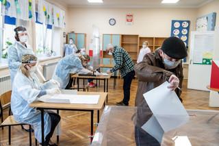 Komisja wyborcza w rękawiczkach, maseczkach, przyłbicach i fartuchach. W Aleksandrowie Kujawskim trwają wybory burmistrza