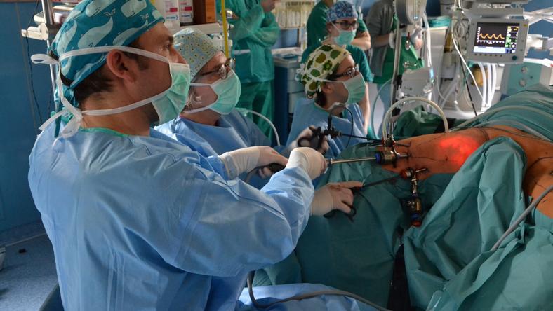 Zespół medyczny podczas przeprowadzania operacji
