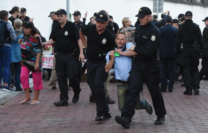 Strażnik krzyczał, że chcą zabrać mu broń. Był pijany!