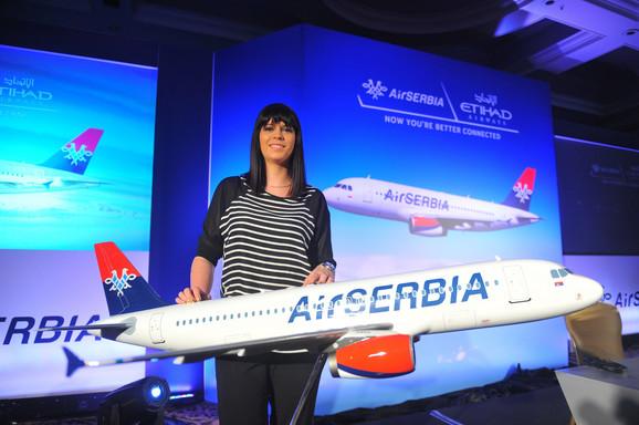 Tamara Maksimović sa maketom aviona i novim logotipom nove kompanije