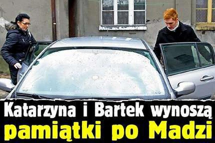 Katarzyna i Bartek wynoszą pamiątki po Madzi
