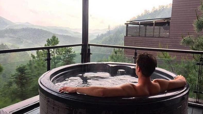Alap a hegyekre nyíló kilátás a jakuzziból / Fotó: Instagram