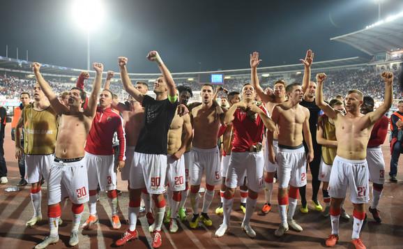 Fudbaleri Crvene zvezde slave sa zadovoljnim navijačima