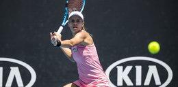 Magda Linette wyeliminowała Ashleigh Barty! Liderka rankingu poddała mecz, gdy przegrywała