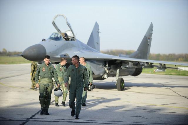 General Bandić pored MiG-a 29 na aerodromu u Batajnici