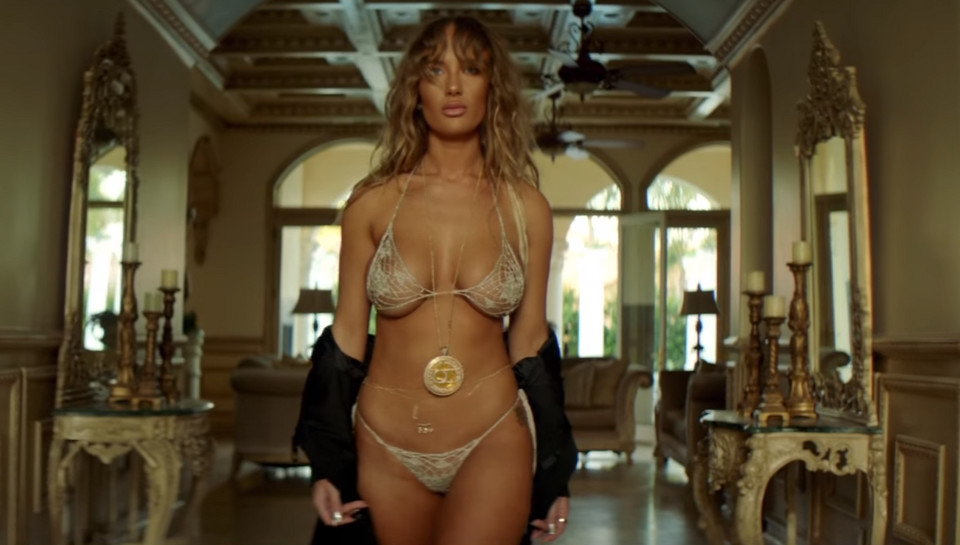"Niykee Heaton w teledysku do ""Bad Intentions"""