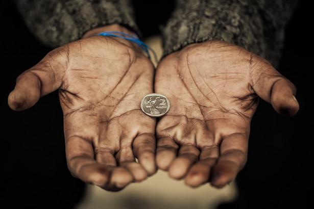 Ubóstwo dochodowe Jednym z kryteriów przy pomiarze poziomu ubóstwa jest dochód. Biorąc pod uwagę to kryterium, za ubogie można uznać gospodarstwa domowe, w których miesięczny dochód pieniężny był niższy od wartości uznanej za próg ubóstwa. W 2015 r. granica ubóstwa dochodowego dla gospodarstwa jednoosobowego wyniosła 1043 zł., a dla gospodarstwa domowego złożonych z czterech osób- 2190 zł. Według statystyk, ubóstwo dochodowe najczęściej występuje w gospodarstwach wiejskich, a najrzadziej w miastach zamieszkiwanych przez ponad 500 tys. osób.