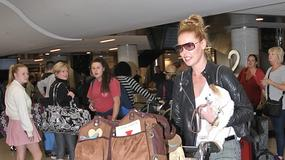 Katherine Heigl ze stosem walizek na lotnisku