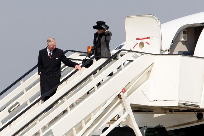 Kamila i Čarls izlaze iz aviona na beogradskom aerodromu. Kamila se opredelila za crno-sivu kombinaciju koju je upotpunila crnim šeširom
