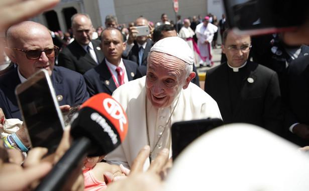 Przed mszą Franciszek objechał teren witając się z młodzieżą. Na zakończenie niedzielnej mszy ogłoszone zostanie miejsce następnych Światowych Dni Młodzieży.