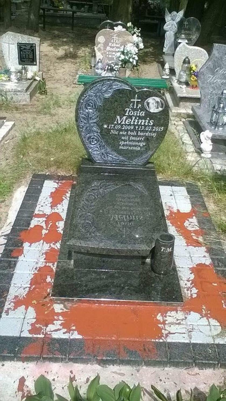 zniszczony grób