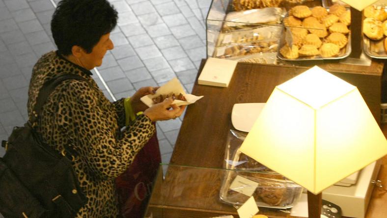 """""""Fakt"""": Posłanka Senyszyn osładza sobie gorycz życia politycznego, jedząc słodkie ciastka"""