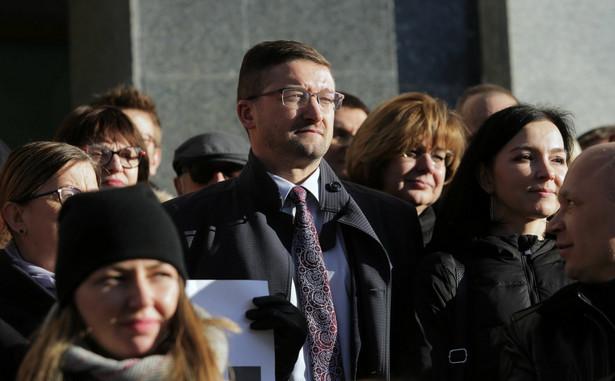 Kolegium olsztyńskiego sądu okręgowego zwolniło sędziego Pawła Juszczyszyna z obowiązku rozpoznawania spraw w tym sądzie - poinformował w poniedziałek rzecznik prasowy SO sędzia Olgierd Dąbrowski-Żegalski. Dodał, że chodzi o bezpieczeństwo obrotu prawnego.
