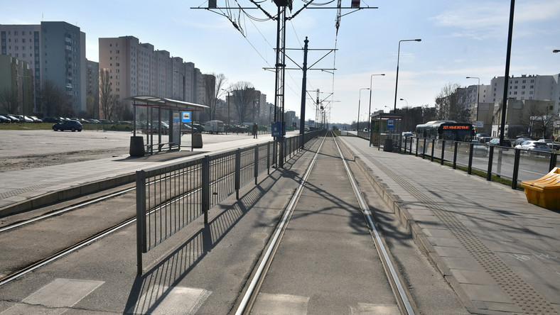 Opustoszałe przystanki tramwajowe w warszawskiej dzielnicy Bemowo