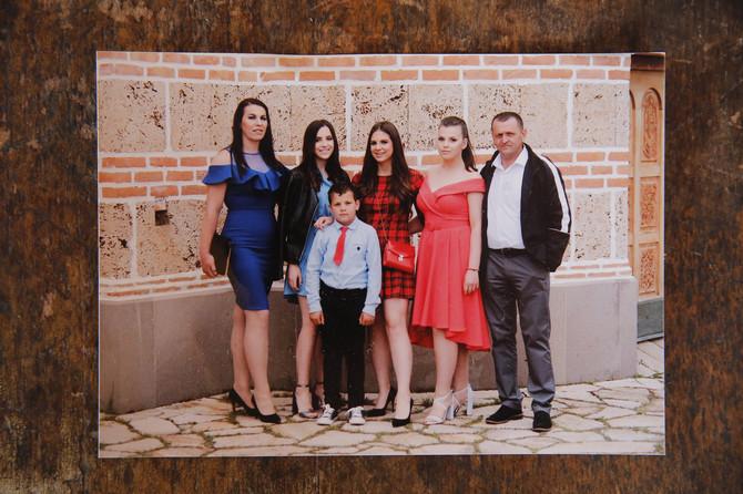 Dragana i Milan sa ćerkama, Krstinom (16), Natalijom (19) i Sofijom (18) i sinom Vasilijem (8)