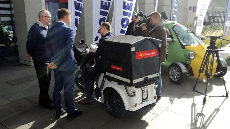 Grzegorz Kurdziel z zarządu Poczty Polskiej po przejażdżce elektrycznym francuskim trójkołowcom LigierPulse 3