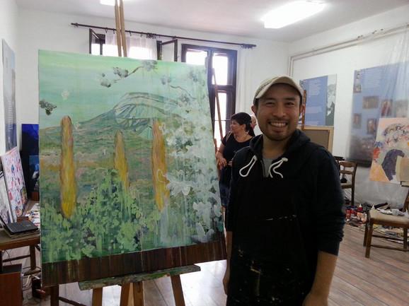 Nasmejani Harihiko Jošinaga sa svojim radom