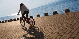 10-latka jechała na rowerze. Zahaczyła szyją o metalową linkę
