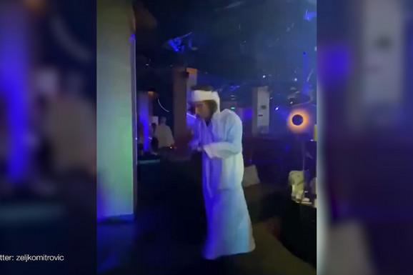 (VIDEO) ŽELJKO MITROVIĆ SE MASKIRAO U ŠEIKA Zaigrao usred kluba, svi su posmatrali njegove plesne pokrete