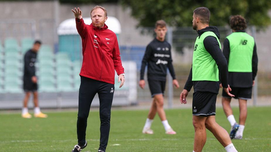 W ostatnich dniach Piotr Stokowiec miał do dyspozycji na treningach jedynie 16 piłkarzy.