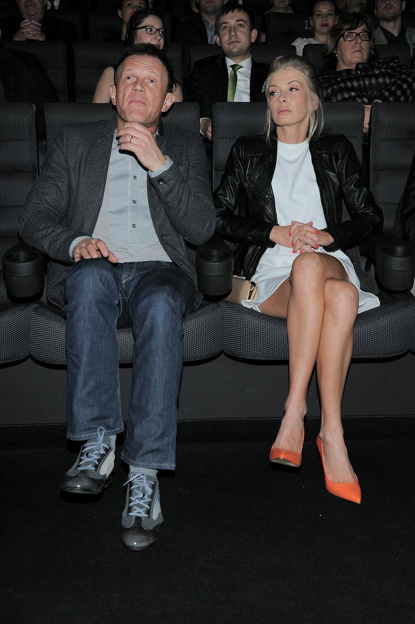 Cezary Pazura z żoną Edytą siedzą na fotelach