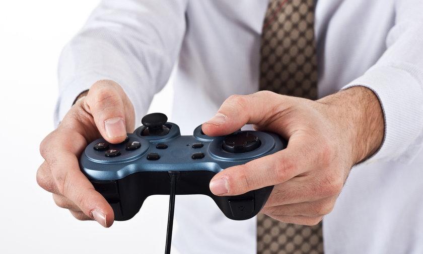 mężczyzna gra na konsoli