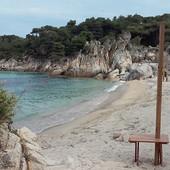 VIŠE NIJE BESPLATNO Na omiljenoj plaži Srba na Sitoniji postavljeni suncobrani i ležaljke