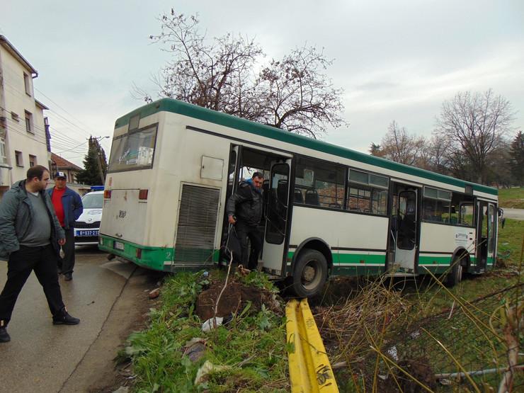 NIS01 sleteo autobus sa kolovoza u Durmitorskoj ulici foto Branko Janackovic