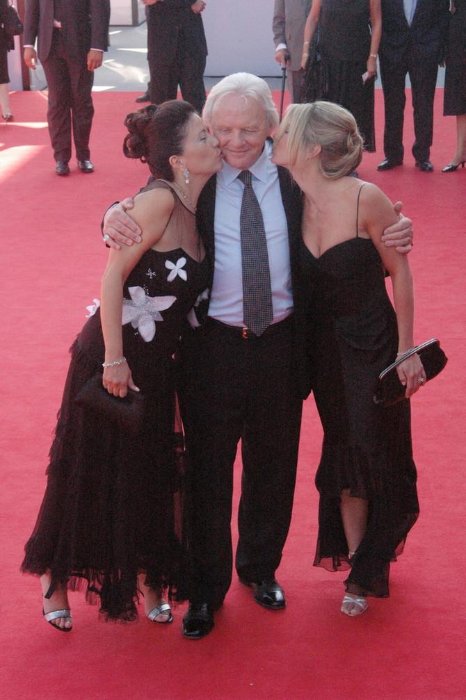 Entoni Hopkins sa suprugom Stelom i ćerkom Ebigel na Festivalu u Veneciji 2005. godine