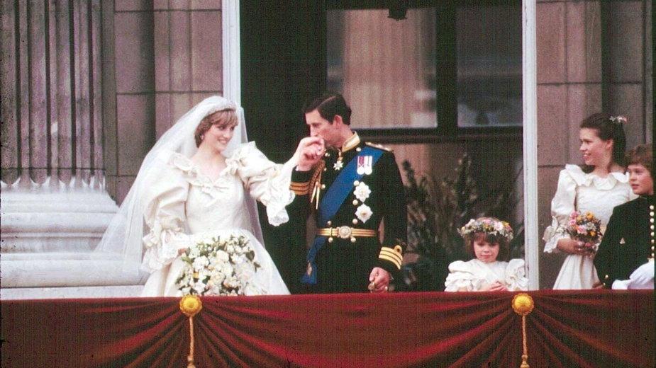 Ślub księżnej Diany i księcia Karola przeszedł do historii. Strój Diany również