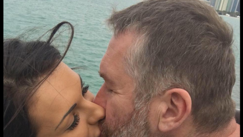 W ubiegłym roku rozstał się ze swoją żoną, po 24 latach małżeństwa... Teraz miejsce u jego boku zajęła piękna i o 19 lat młodsza od niego brunetka. Zwycięzca Rajdu Dakar z 2015 roku pokazał się publicznie z Karoliną Sołowow na Balu Dziennikarzy. Zobacz zdjęcia!