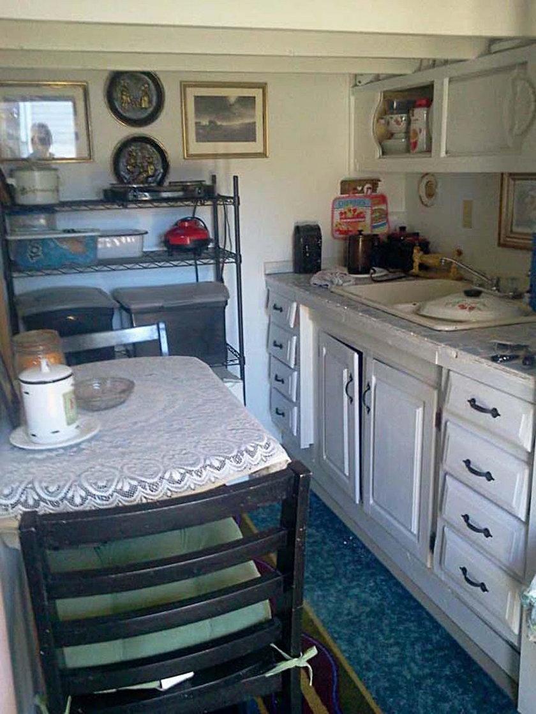 Obok kuchni znajduje się mały salon, w którym dominują pastelowe odcienie różu