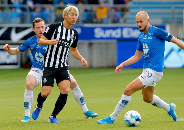 Takuma Asano na meču Molde - Partizan