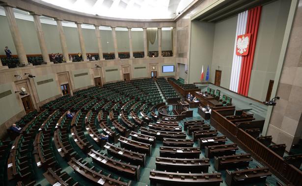 Posłowie mieliby stracić funkcje klubowe i partyjne, np. w Gabinecie Cieni.