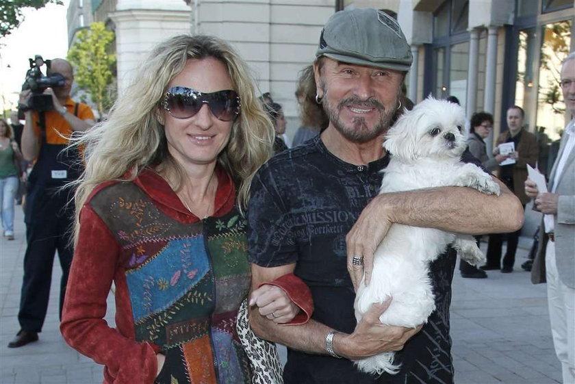 Stan Borys ma klasę. Ma piękną kobietę i stylowego psa