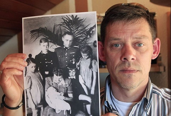 Rajner Hes sa slikom dede kojeg se odrekao