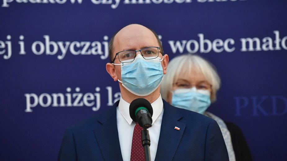 Przewodniczący komisji Błażej Kmieciak podczas konferencji prasowej Państwowej Komisji ds. Pedofilii