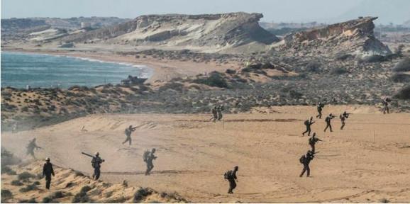 Iranski vojnici sprovode vojne vežbe