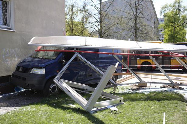 Zniszczona wiata przystankowa i samochód dostawczy na miejscu wypadku w Warszawie
