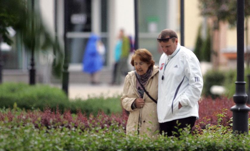 Jacek Kurski opiekuje się schorowaną matką