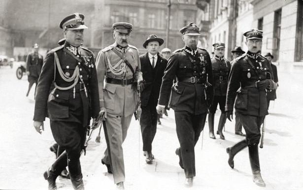 """Od lewej: Bolesław Wieniawa-Długoszowski, Józef Piłsudski, Aleksander Prystor, Wacław Stachiewicz. Plac Saski, 31 maja 1926. Źródło: """"IKC"""" 1926"""