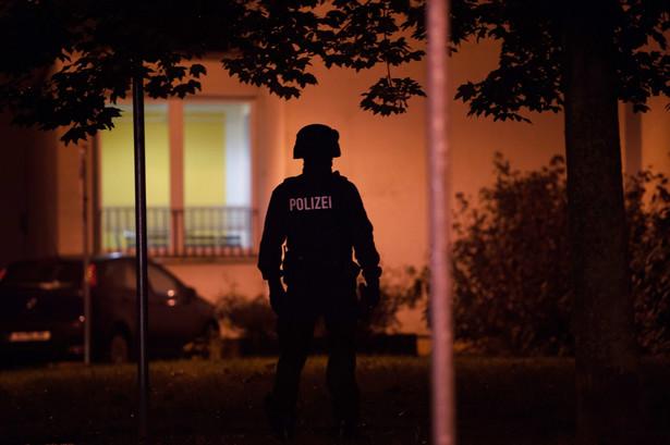 Podczas obławy w sobotę policja otoczyła budynek na osiedlu w Chemnitz, w którym mieszkał 22-letni Syryjczyk