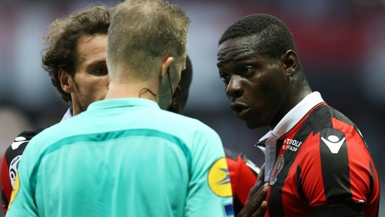 Nice's forward Mario Balotelli (R) reacts after a red card on October 2, 2016