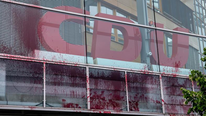 Budynek CDU wymazany sztuczną krwią