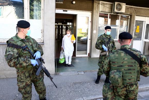 Pripadnici Vojske Srbije ispred Infektivne klinike