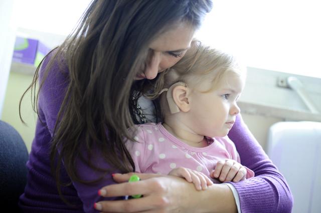 Devojčica je nakon pregleda dobila slušni aparat: Sanja Živić sa ćerkom Anom