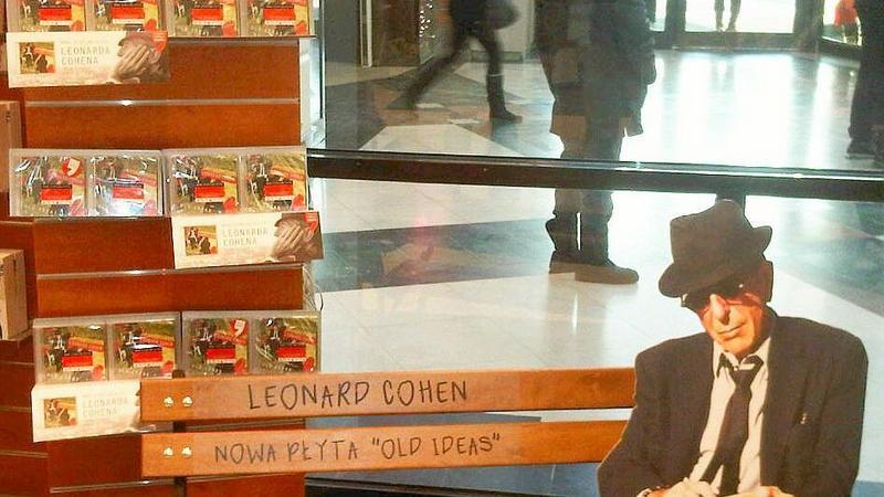 Leonard Cohen na ławeczce w warszawskim Empiku (fot. Sony Music)