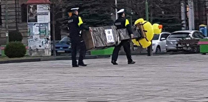 Policjanci aresztowali... kaczkę! O co chodzi?