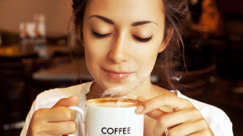 Kobieta pije kawę